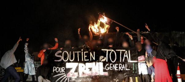 Banderole avec écrit «Soutient total pour zbeul general»
